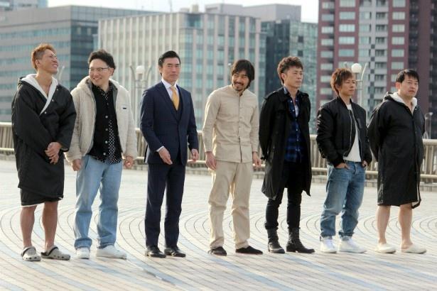 7人が並んで歩くシーンを撮影。本番では黒田悠斗(写真一番左)と吉村卓(写真一番右)がパンイチに!