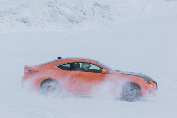 雪原の上でドリフトをするRC F