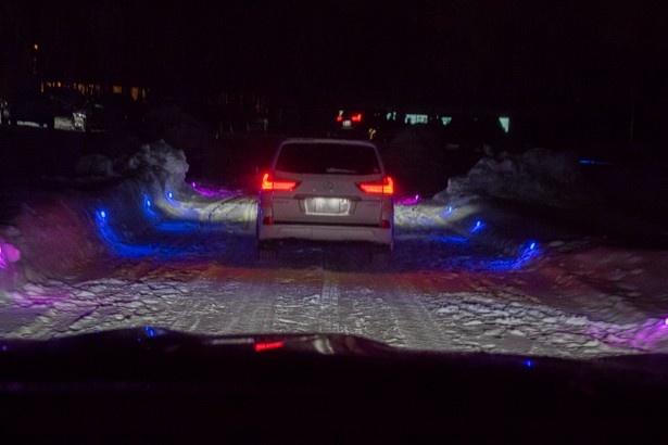 ライティングされた道を、プロドライバーが運転するレクサスLXで走行しイベントは終了