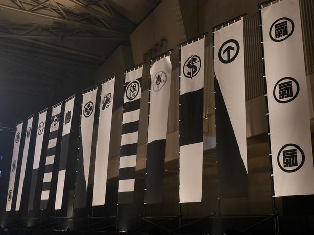 【写真を見る】会場には、15・16日に出演したアーティストの旗が!BOYS AND MENは左から4番目
