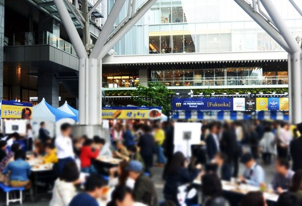 【写真を見る】アクセス良好なJR博多駅前広場で開催。ショッピングの休憩や仕事終わりなど、軽く1杯にちょうどイイ