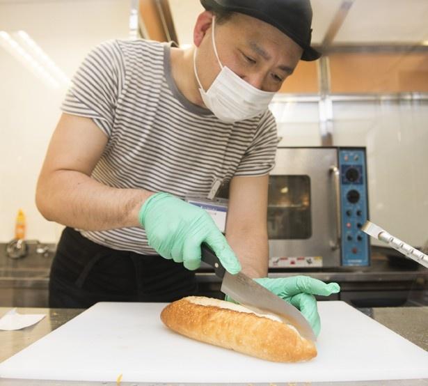 「SUPER HOTDOG!!」はオーダーごとにパンを切るところから作ってくれる