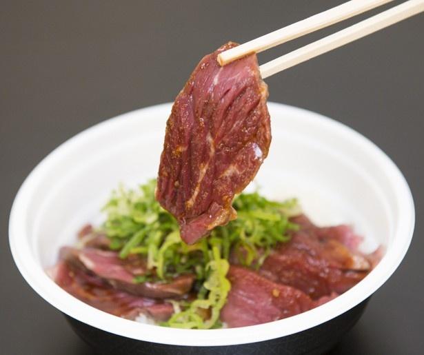 ニンニクを利かせた「肉山」の焼肉ダレは、2種の肉と相性抜群