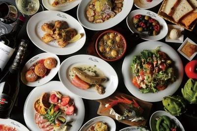 イタリアンを手ごろな価格で楽しめるバール「Bar Vita天神」からは、食べ歩きしやすい「オルトのカレーぱん」などがお目見え