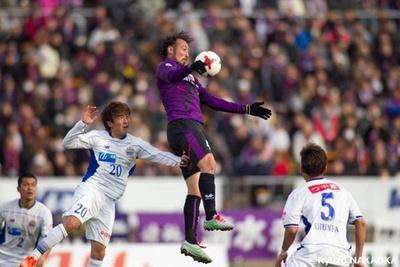リーグ戦3試合連続得点中と、FWでの起用に応えて絶好調の闘莉王。京都サンガF.C. の一員として古巣・名古屋に挑む