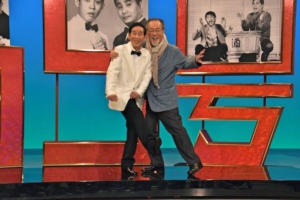 「欽ちゃんのアドリブで笑(ショー)」に出演する萩本欽一(左)と、第1回ゲストの仲代達矢(右)