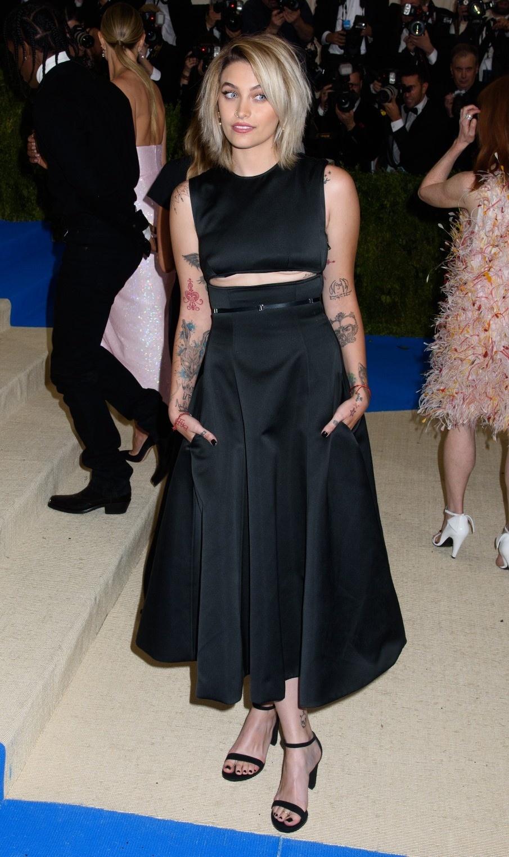 【写真を見る】カルバン・クラインの黒いドレスでキメたパリスの全身ショット