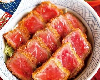 国産牛モモ肉を120g使用したランチの「牛カツ丼」(1944円)。レアな肉をサクサクの衣と甘口ソースが引き立てる/豆萬味 祇園