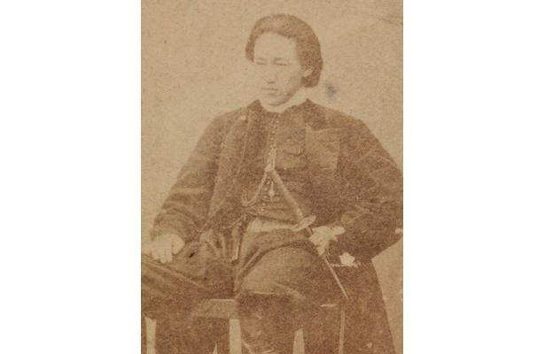 1935年、武州石田村(現在の日野市石田)生まれの土方歳三。将軍家持の警護のため近藤勇らと上洛し、新撰組の副長として活躍した。/写真提供 土方歳三資料館