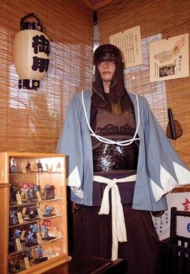 「新撰組グッズ専門店 池田屋」には、新撰組のものと伝わる鉢金と鎧も展示