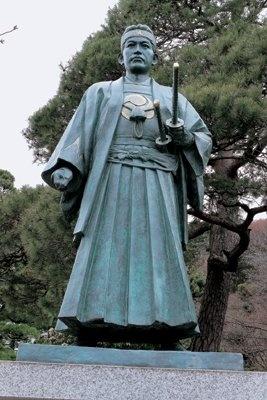境内には、和装姿では日本一大きいといわれる歳三の銅像もある「高幡不動尊金剛寺」