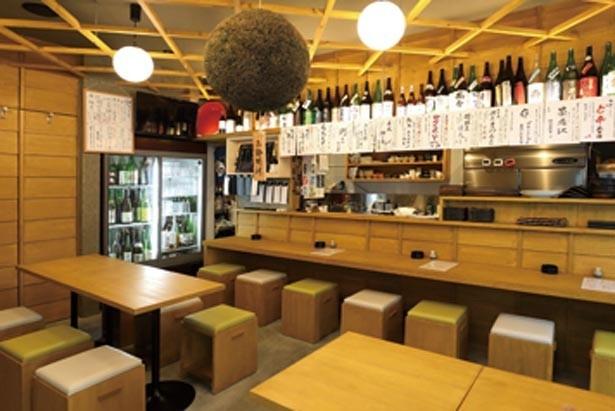 入口がガラス張りなので入りやすい。連日連夜、日本酒ファンでにぎわう/日本酒とお万菜 じゃんけんポン