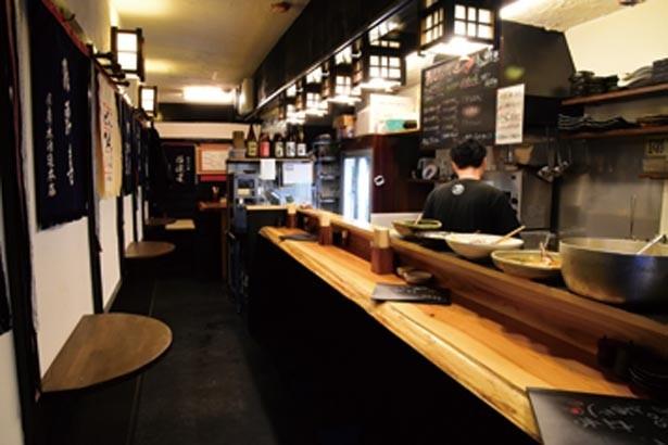 カウンターは多い時には2列に。奥にはテーブル席があり予約も可/日本酒酒場 立呑み仁 天満店