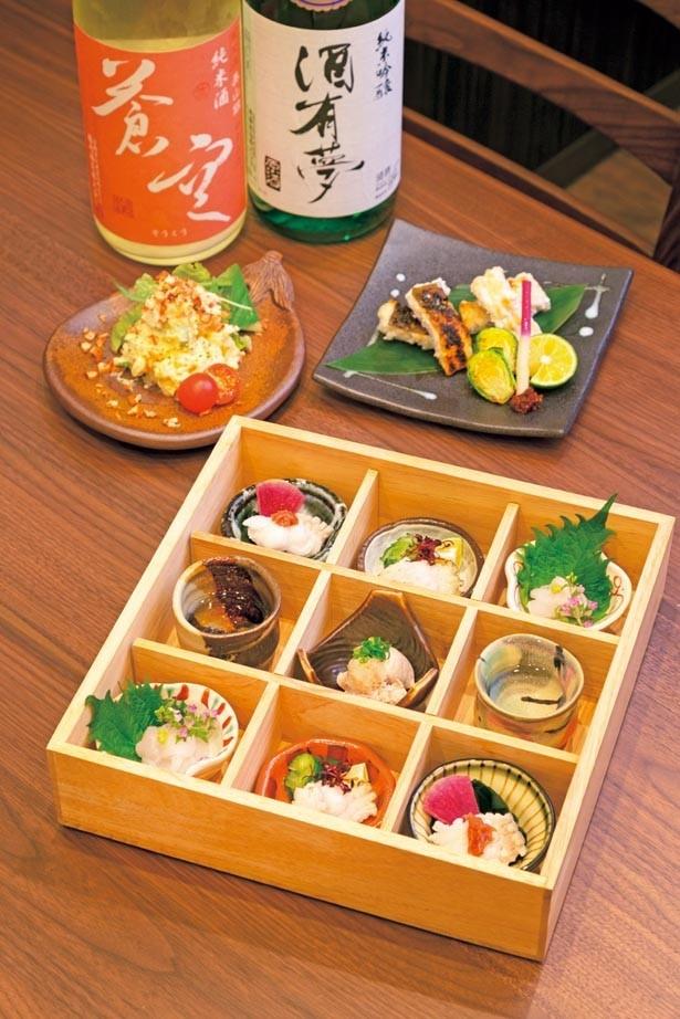 【写真を見る】「あなごの造り盛り」(手前・1382円)。味も食べ応えも十分な「あなごの白焼」(奥右・1166円)など/あなごと日本酒 なかむら