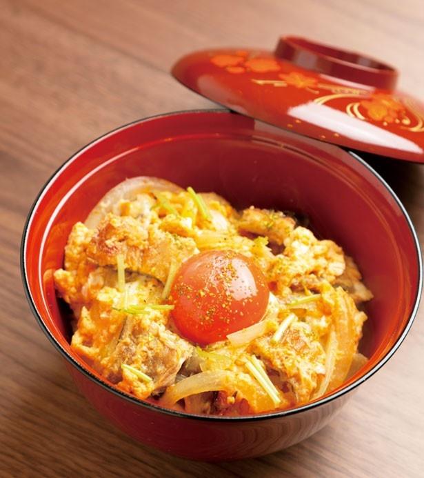 「赤の他人丼」(842円)は、アナゴの蒲焼きをダシと卵で煮込む/あなごと日本酒 なかむら