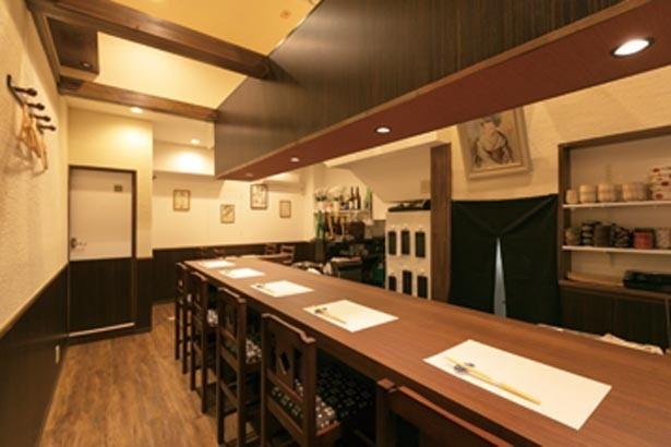 広いカウンターでゆったりできる。店内奥に1卓だけテーブルが置かれている/あなごと日本酒 なかむら