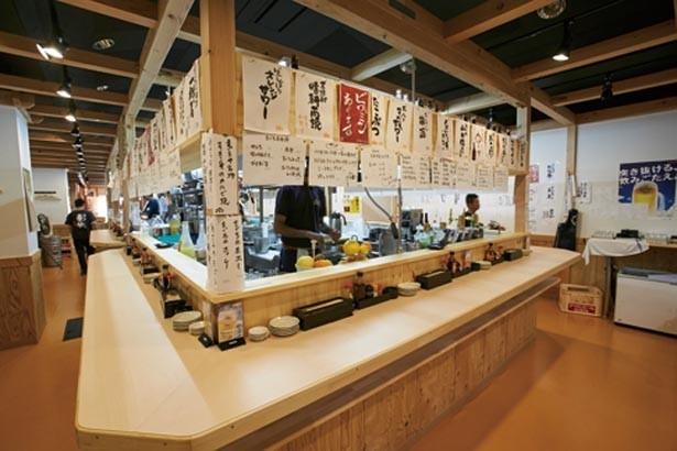 スタンディングカウンター内では、職人たちが料理を作る。奥にはテーブル席もあり/天神橋 まぐろや