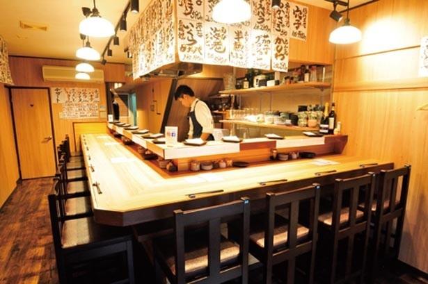 1階はカウンターのみ。店主が揚げる音を聞きながら天ぷらを味わえる。2階にはテーブル席もあり/天ぷらとワイン 大塩