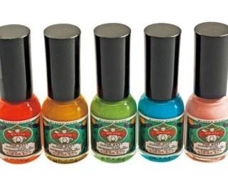 画材用絵具専門の老舗による「胡粉」を使用したネイル。カラーが豊富で、新作も随時登場する/上羽絵惣