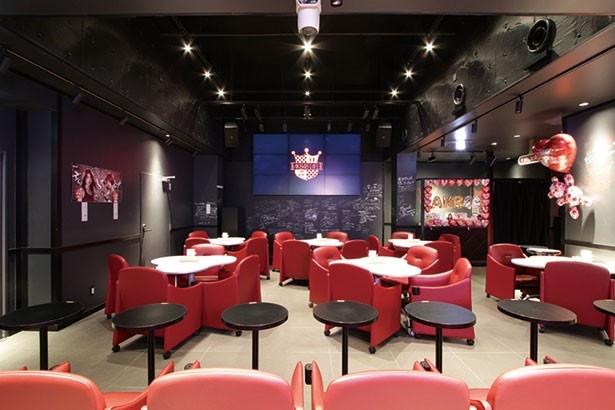 「AKB48 CAFE&SHOP AKIHABARA」の店内にはメンバーのサインも