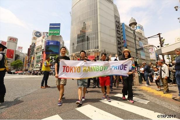 渋谷の街をレインボーのフラッグと共に大行進する参加者