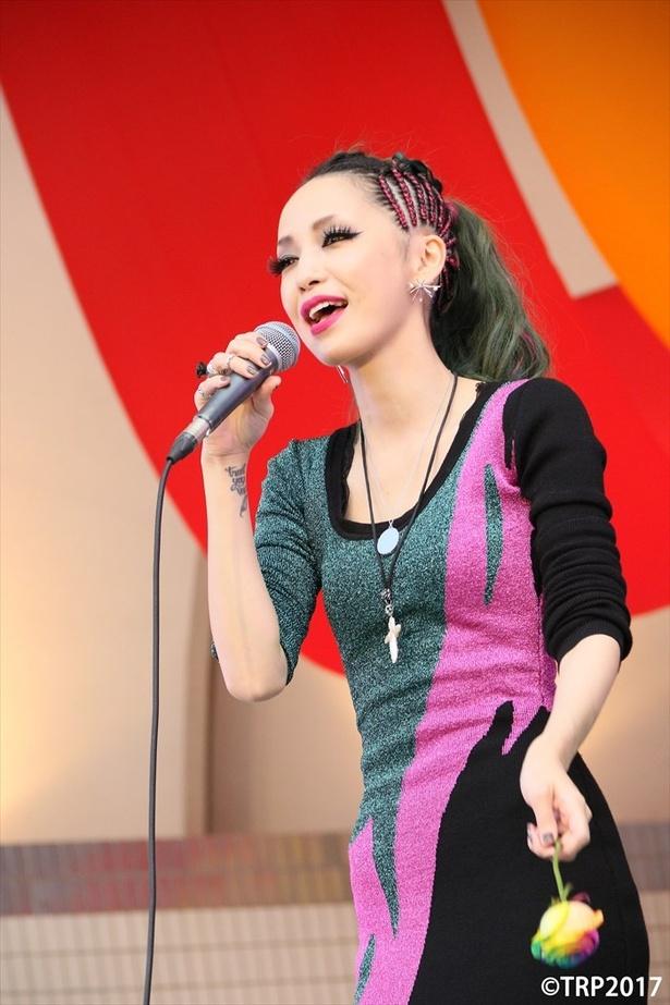 【写真を見る】野外ステージで熱唱する中島美嘉さん