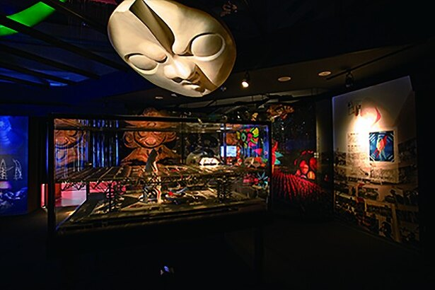 太陽の塔を中心にテーマ館を紹介。テーマ館全体の模型や生命の樹のレプリカも展示されているEXPO'70パビリオン