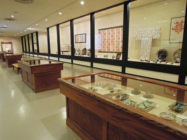 陶磁器や染織品など落ち着いた雰囲気の中で観賞。春と秋の年2回特別展も開催/大阪日本民芸館