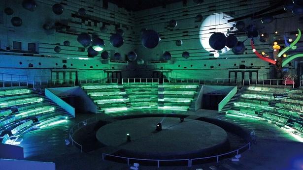 「スペースシアターホール」は、1,008個のスピーカーを配した、世界初の立体音楽堂。中には入れないので、ガラス越しに眺めよう/EXPO'70パビリオン
