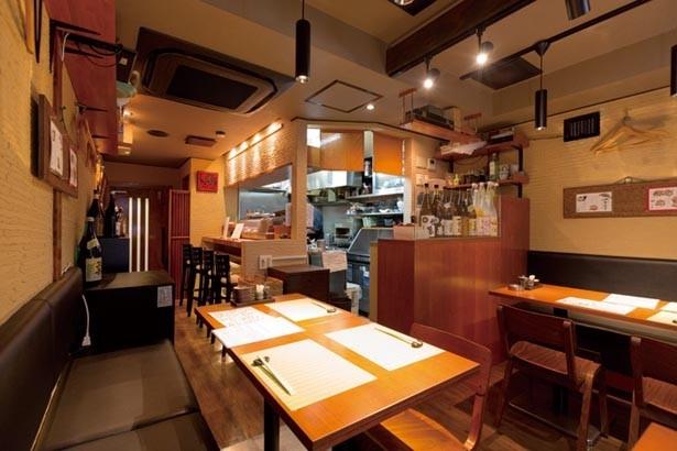 歌舞伎座裏エリア。ビルの2階にあり、カウンター席のほか、テーブル席も/寿司処 酒楽