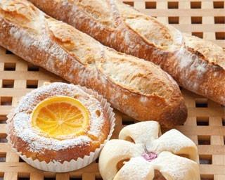 「ブリオッシュ・オランジェ」(手前・250円)、仏産希少小麦を使ったシェフ渾身の「e-バゲット」(奥・1本280円)/boulangerie récolte