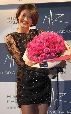 """賞のテーマローズ""""M ノスタルジック・エレガンス""""の大きな花束を受け取った山田優さん。クリスマスの予定については「仕事です」と答えていた"""