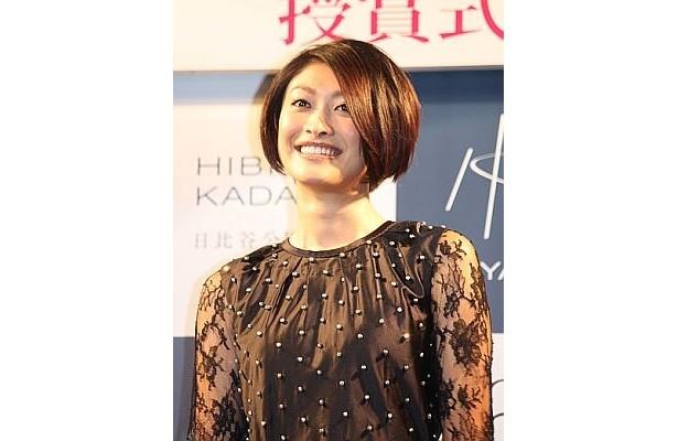 授賞式でとびきりの笑顔を見せる山田優さん
