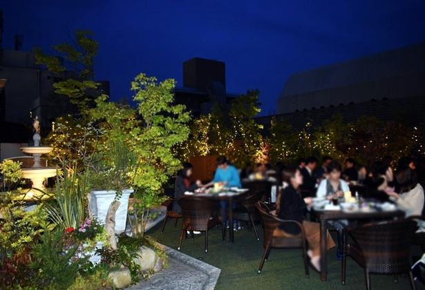 屋上ガーデンは、世界的な庭園デザイナーである石原和幸氏がプロデュース。開放的でラグジュアリーな空間が広がる