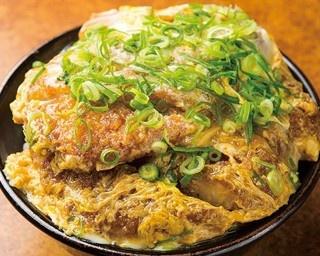 「かつ丼だぶる」(980円)。大盛りの白米に、肉汁たっぷりのカツが2枚ものったボリューム満点の一杯/かつ丼 吉兵衛