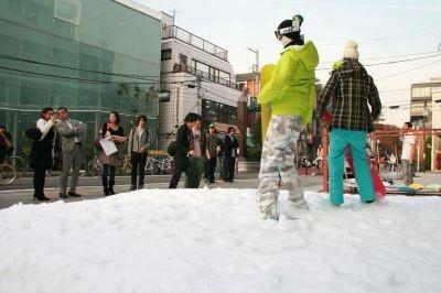 """雪で""""冬気分""""を盛り上げた「バートン」店舗前"""
