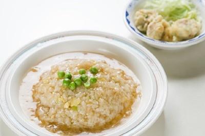 B定食(500円)は、カニのほぐし身入りあんかけ炒飯に揚げシューマイの小皿とみそ汁も付く (県庁新庁舎12F大食堂)