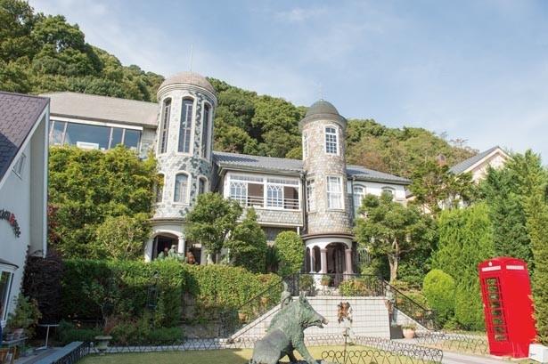 外壁を飾る天然石が魚のうろこに見えることから「うろこの家」の名称に。2つの塔が印象的/うろこの家・うろこ美術館