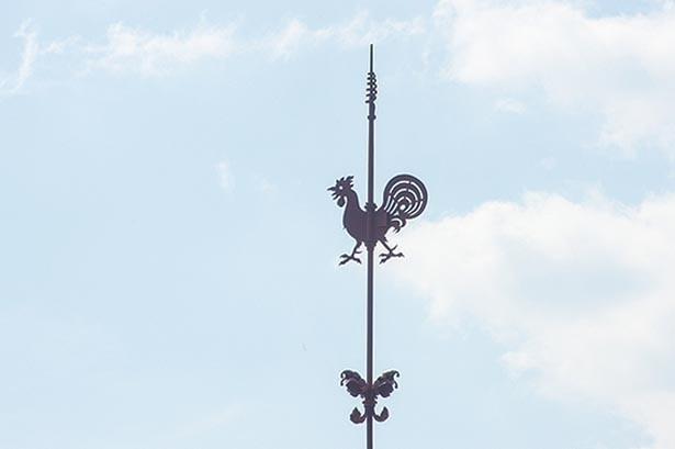 屋根の上の風見鶏は、魔よけの意味もあるんだとか/風見鶏の館