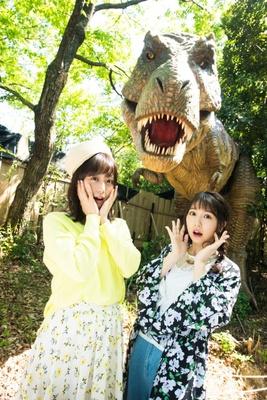 1番人気のティラノサウルスに遭遇して驚く2人