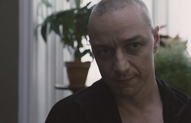 【写真を見る】ジェームズ・マカヴォイ演じる多重人格者が怖すぎる!