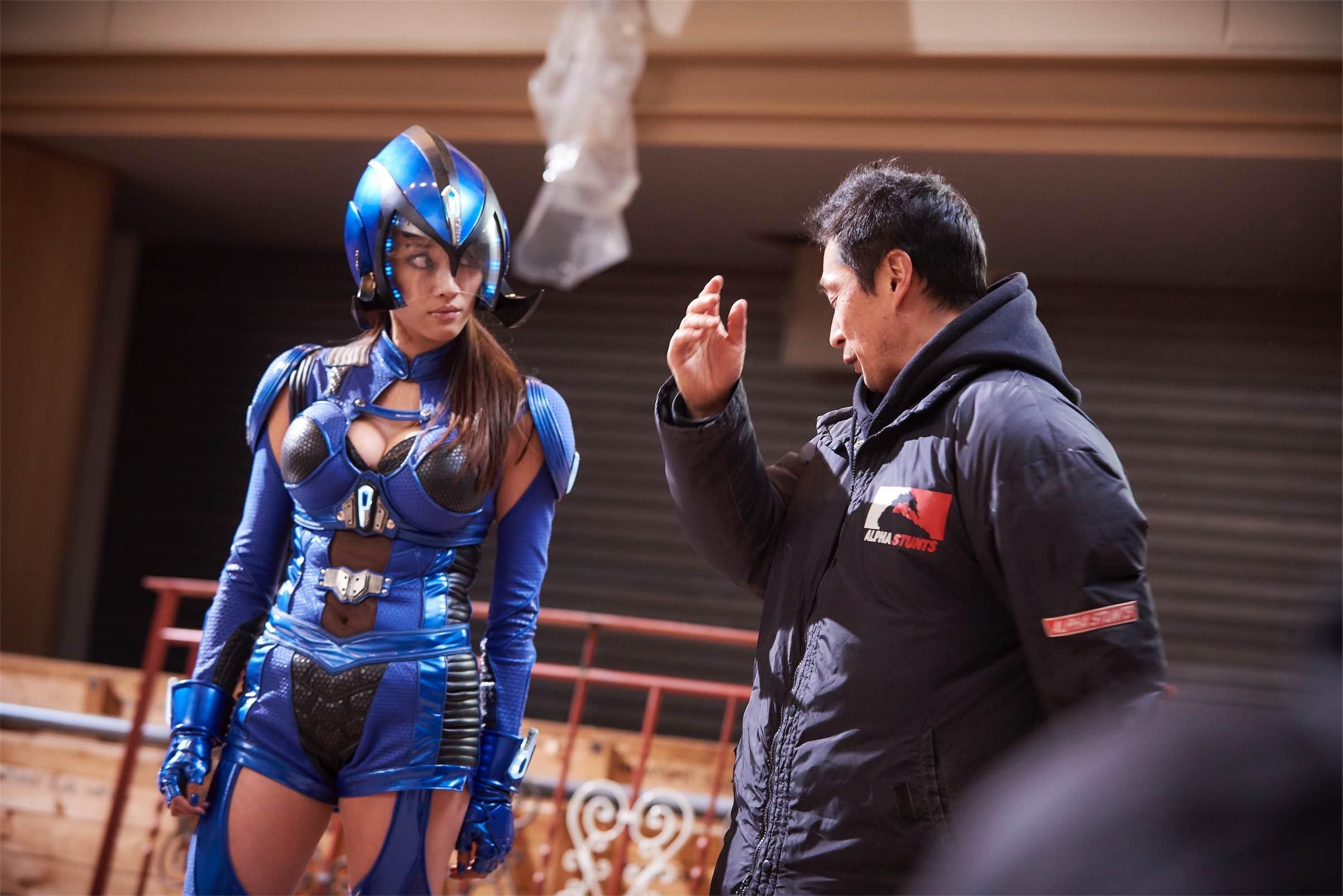 『破裏拳ポリマー』撮影現場で、原幹恵を演出する坂本監督。原は数々の坂本作品に出演している