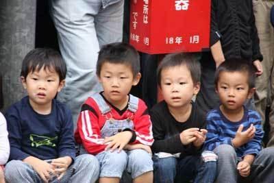 真剣な表情でパフォーマンスを見る子供たち