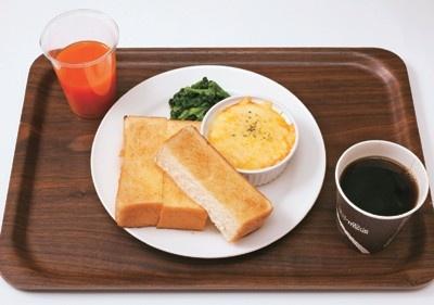 「ドリップマニア 横浜リフレスタ店」は、駅ナカにメイク室が完備された女性にうれしいカフェ。「エッググラタンセット」(580円)