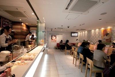 ベビーカーも通れるように店内通路の幅もゆったり設計!(JR横浜駅「リフレスタ」)