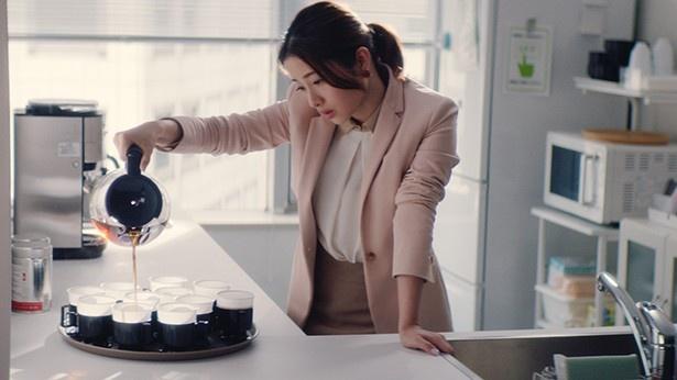 オフィスの給湯室でコーヒーを入れる