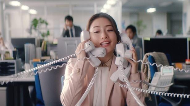 電話対応に追われる石原さとみ