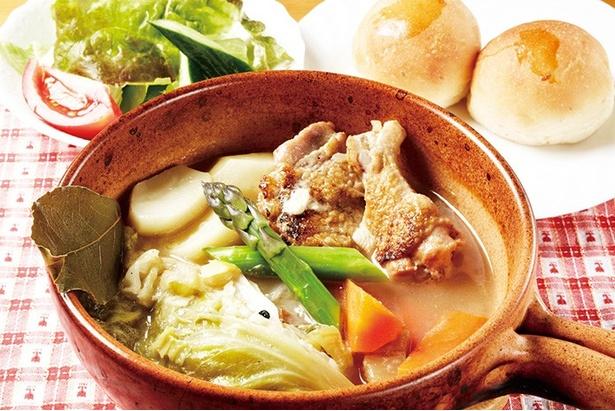 「若鶏のキャベツ煮」(1200円・セット)は優しい味わいで、野菜の甘みがスープに凝縮◎
