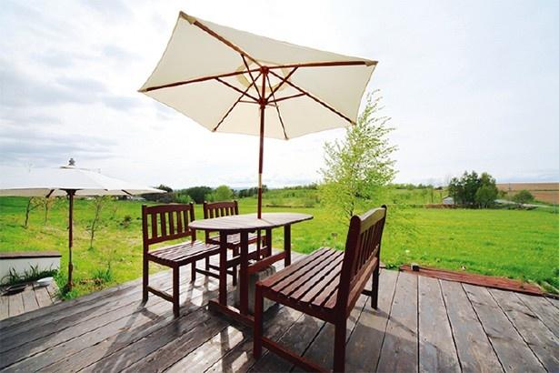 ウッドデッキ ウッドデッキでは大自然の風と共に食事を楽しめる