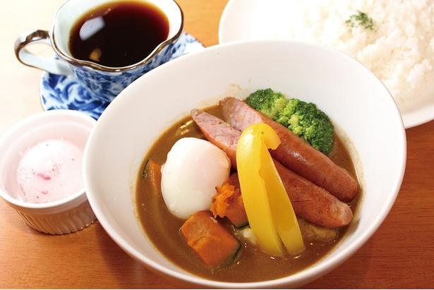 美瑛産の野菜とソーセージが入った「スープカレーセット」(1500円)